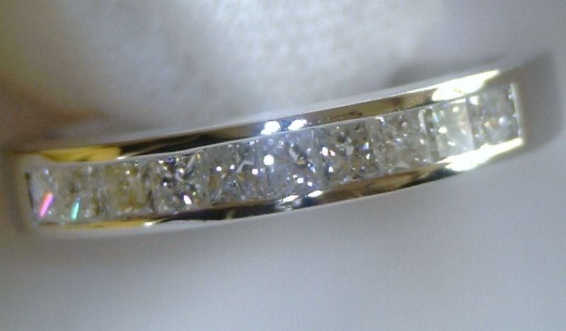 ANILLO CHANNEL DE ORO BLANCO Y 10 DIAMANTES PRINCESA