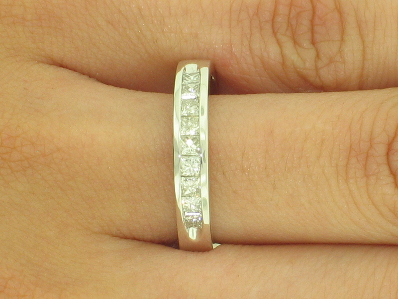 ANILLO OB CHANNEL CON 1 QUILATE EN 9 DIAMANTES PRINCESA