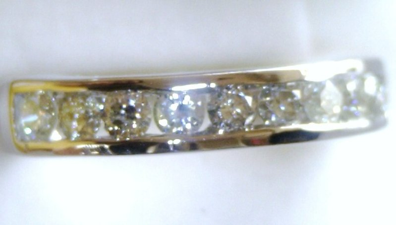 ANILLO CHANNEL de ORO BLANCO y 9 DIAMANTES MUY BRILLANTES