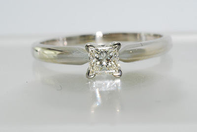 ANILLO SOLITARIO ORO BLANCO Y DIAMANTE PRINCESA 0.37